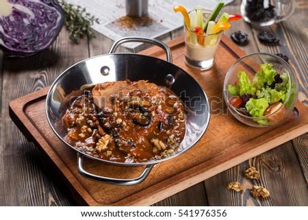 Мясо с черносливом и грецкими