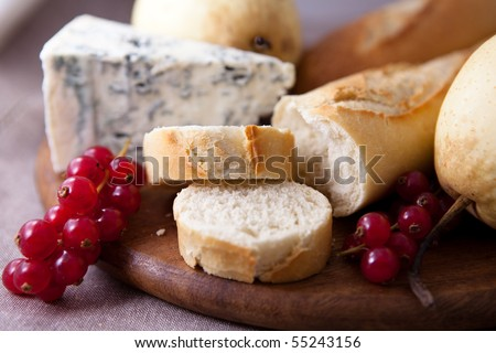 Baguette with blue cheese and fruits