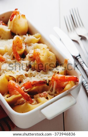 Baked Conchiglioni pasta with srimps, cheese and cream sauce, tr