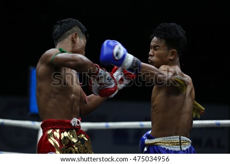 BANGKOK - AUG28:Phet Luk Yod(Blue) fights with Phet Kriangkai To Sila Chai in thai boxing competition - Battle Of Wansongchai at Rajadamnern stadium on August 28,2016 in Bangkok.