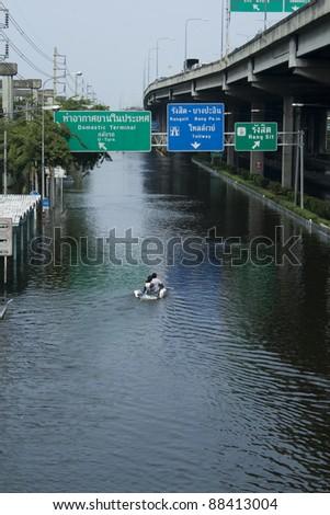 BANGKOK - NOV 5 :Flooding from the north of Thailand has been in Bangkok. flooding from monsoon rain in Thailand arriving in Bangkok suburbs on November 5, 2011 in Viphawadee Road, Bangkok,Thailand. - stock photo