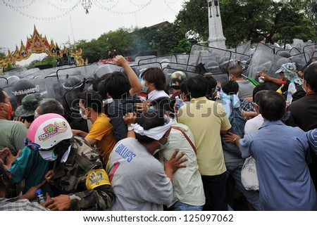 BANGKOK - NOV 24: Protesters from the nationalist Pitak Siam movement confront riot police during a violent anti-government rally on Nov 24, 2012 in Bangkok, Thailand.