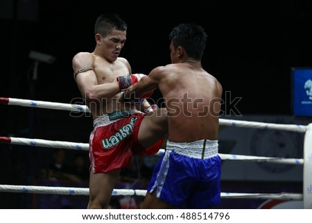 BANGKOK - SEP25:Khwan Khao Cho.Rat Phatsadu Isan (Red) fights with Phet Sai Fah in thai boxing competition - Battle Of Petchwised at Rajadamnern stadium on September 25,2016 in Bangkok.
