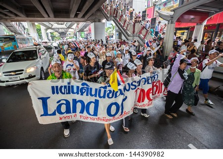 30 : Unidentified protesters, V for Thailand group, wear Guy Fawkes ...