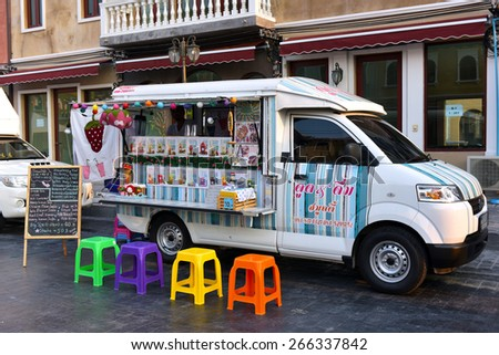 BANGKOK THAILAND - MARCH 29 : Mobile Shop a variety of drinks to choose each drink from adapted truck decorated with beautiful colors. In the open street. in Bangkok Thailand on 29 Mar. 2015.