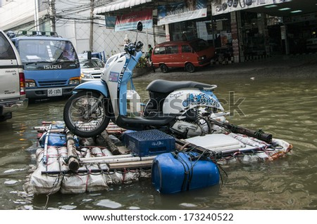 BANGKOK, THAILAND - NOV 5, 2011:  At Phongphet junction, Ngamwongwan road during a big flooding in Thailand.