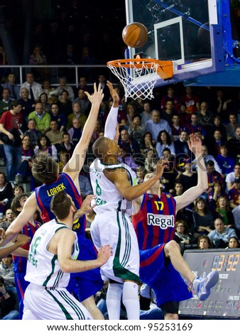 BARCELONA - MARCH 24: Some unidentified players in action during the Euroleague basketball match between FC Barcelona and Panathinaikos, final score 71-75, on March 24, 2011 in Barcelona, Spain.
