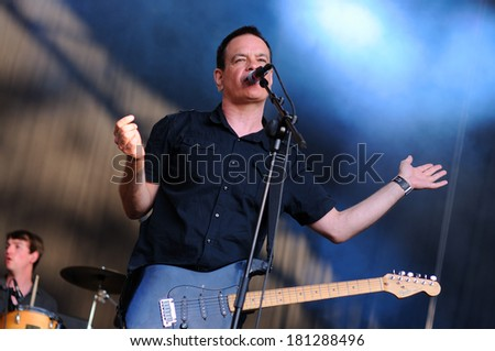 BARCELONA - MAY 30: The Wedding Present band performs at Arc de Triomf for free on May 30, 2012 in Barcelona, Spain. San Miguel Primavera Sound Festival.