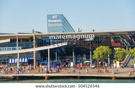 BARCELONA, SPAIN- AUGUST 2: panoramic view of Barcelona Port with boat tour for tourist and shopping center on  august 2, 2016 in Barcelona