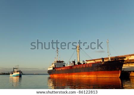 Bateau au couché du soleil au port de Toamasina, Madagascar - stock photo