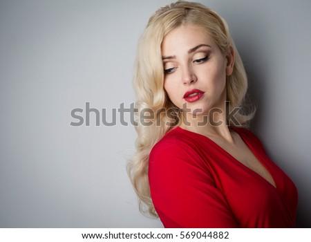 cô gái xinh đẹp với mái tóc vào buổi tối trong phòng thu