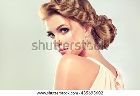 mô hình cô gái xinh đẹp với kiểu tóc thanh lịch.  Người phụ nữ với mái tóc cưới thời trang