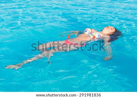 Delicieux Beautiful Woman Lying On Swimming Pool Water Surface . She Is On Her  Twenties, Wearing