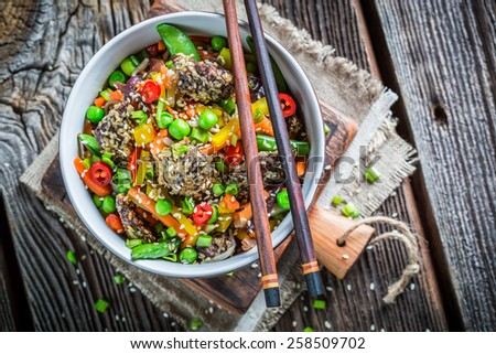 Beef in sesame and fresh vegetables with noodles