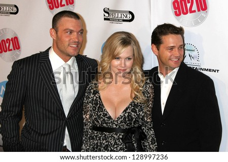 """BEVERLY HILLS - NOVEMBER 03: Brian Austin Green, Jennie Garth, Jason Priestley at the """"Beverly Hills 90210"""" and """"Melrose Place"""" First Season DVD Launch at Beverly Hilton Hotel November 03, 2006. - stock photo"""