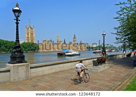 Bicycle path along the Thames