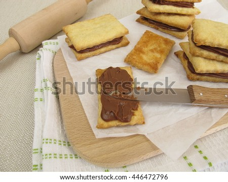 Biscuits filled with chocolate cream