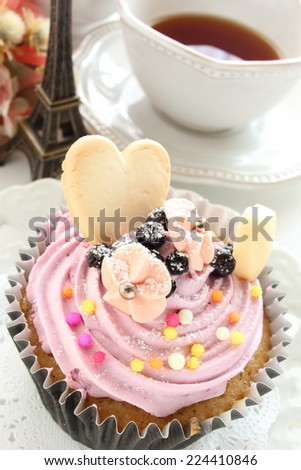 blue berry cup cake and tea