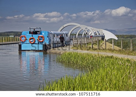 Blue tourist barge waiting to descend on the Falkirk Wheel. Falkirk, Central Scotland, UK. - stock photo