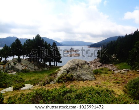 Bouillouses lake and rocks