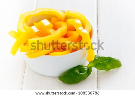 Bowl with sliced yellow Pepper.