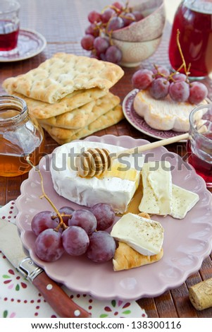 Bread, cheese and grapes