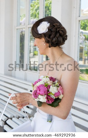 Bride in white dress with a bridal bouquet / bridal bouquet / bouquet