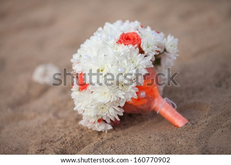 Bride wedding bouquet with autumn flowers. Marriage flowers bouquet at sea shore. Bridal flowers at beach. Orange and white wedding bouquet. autumn wedding decoration. beautiful bouquet