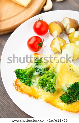 Broccoli gratin with cheese and baked potato