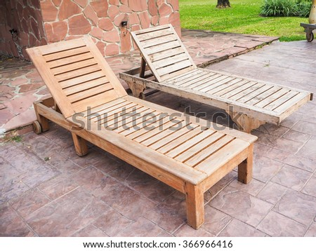 Brown wooden beach chairs and side table on wood floor near swimming pool - Wooden Chairs Near Pool Swimming Imágenes Pagas Y Sin Cargo, Y