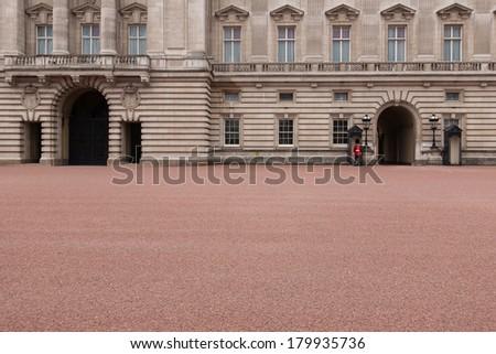 Buckingham Palace guard, London/Buckingham Palace guard, London/London, UK - July 18 : Guard in front the Buckingham palace in typical red-black uniform on July 18, 2008 in London, UK - stock photo