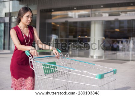 Business Women Go Shopping At The Mall Before Return Home