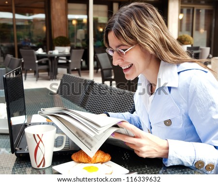 Businesswoman having woman in the cafe