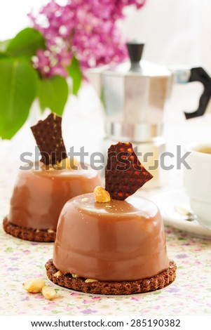 Cakes with peanut mousse and chocolate.