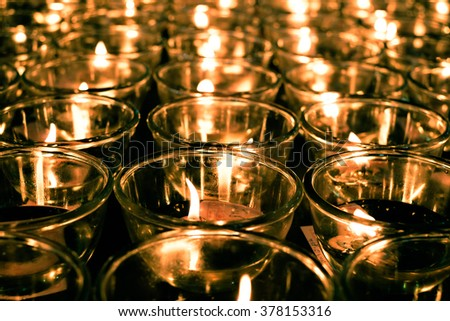 Candlelight floating oil lamps illuminate.A belief that if people with oil lamps to illuminate life's smooth.