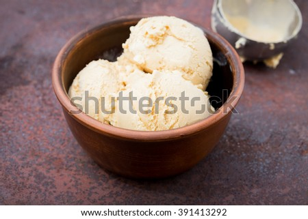 caramel ice cream with mint