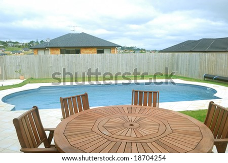 chaise loungue and swimming-pool