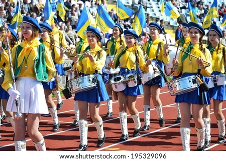 CHERKASSY, UKRAINE - MAY 7: Girls parade with drums and Ukrainian symbols before the semifinal match of the Cup of Ukraine on football, 7 May 2014, Cherkassy, Ukraine