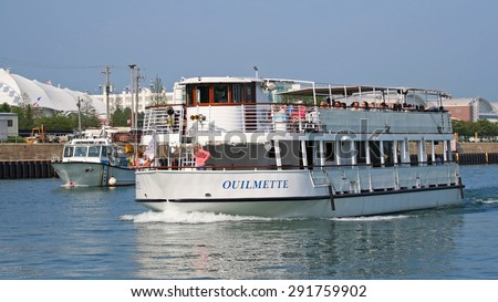 CHICAGO, IL, US - MAY 27, 2006: Unidentified people in Chicago Boat tour, travel towards Lake Michigan during a 75-minute guided architectural tour in chicago. - stock photo