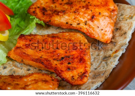 Chicken breast bbq with salad leaves, tomato and lemon