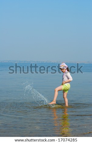 child do splash in water