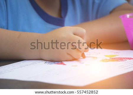 Children are drawing in paper on table