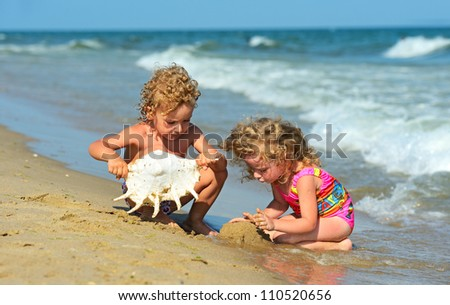 Children play the seashore