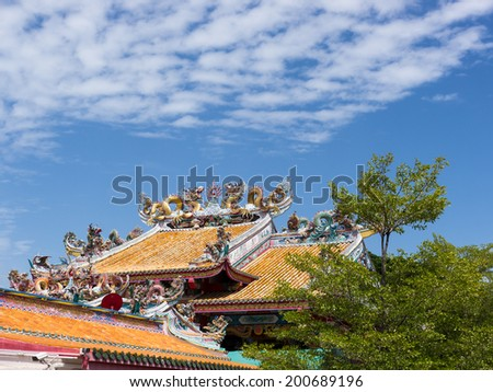 Chinese dragon statue on roof