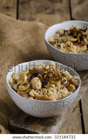 Chinese noodles with chicken and onion, simple and clean composition