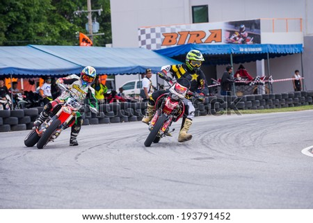 CHONBURI - MAY 9,2014 : Unidentified racers in Super Moto 2014 on May 9 at Bira International Circuit, Chonburi, Thailand