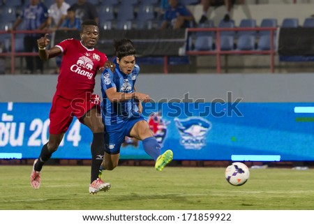 CHONBURI THAILAND- JANUARY 16:N.Samana(blue) in Chang Chonburi Invitation 2014 between Chonburi Fc(blue) vs Police United(red) on January 16, 2014  at Chonburi Stadium in Chonburi Thailand