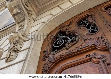 Close up of a wooden door of a French mansion in Bordeaux