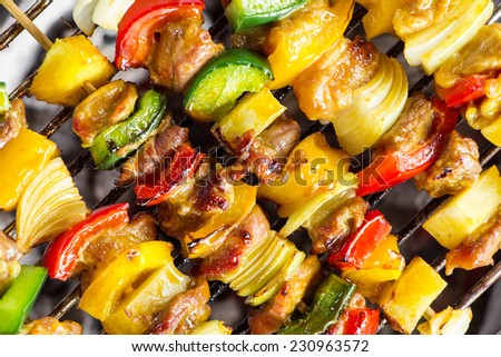 close up shut of a meat en brochette on the grill