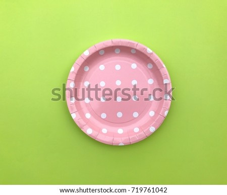 Closeup A light pink polka dot paper plate on green background.Colorful paper plate on : light green paper plates - pezcame.com